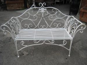 Starožitná lavička z kovového materiálu