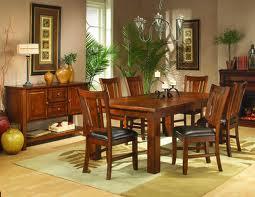 Jedálenský stôl a stoličky z elegantného dreva
